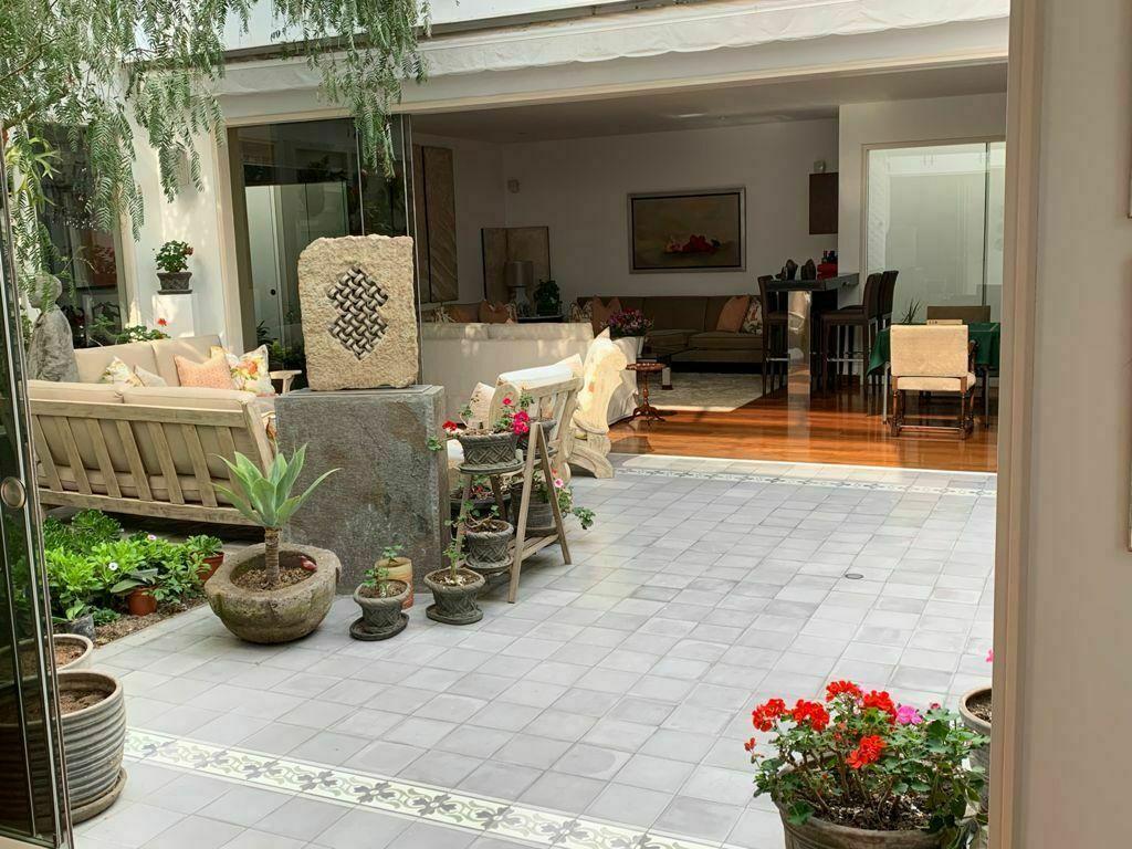 3 de 11: Hermoso patio central que da luz a toda la casa