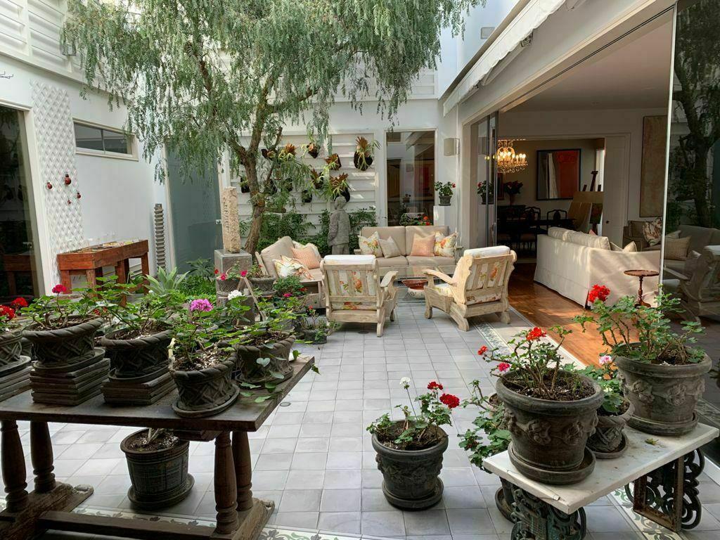 8 de 11: Hermoso patio central que da luz a toda la casa