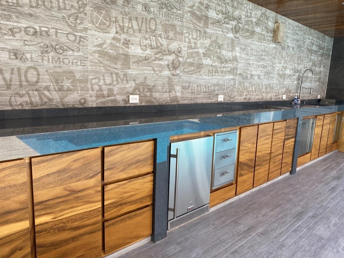 32 de 38: Barra de granito con puertas de madera parota