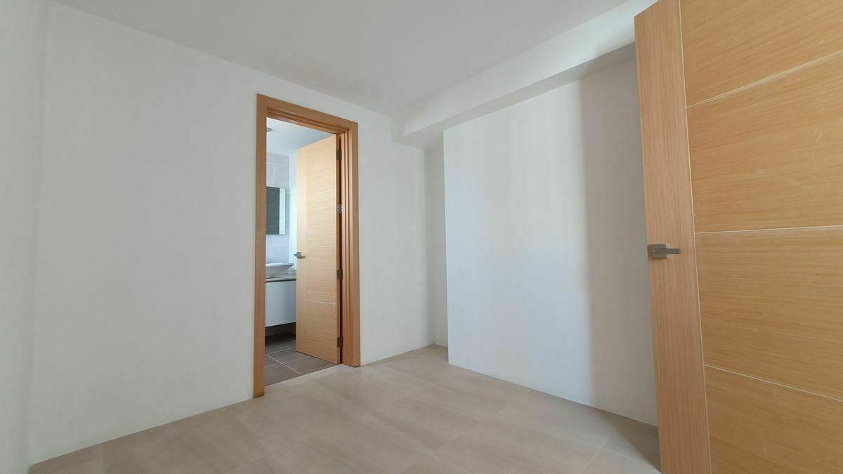8 de 44: Walk-in Closet habitacion principal