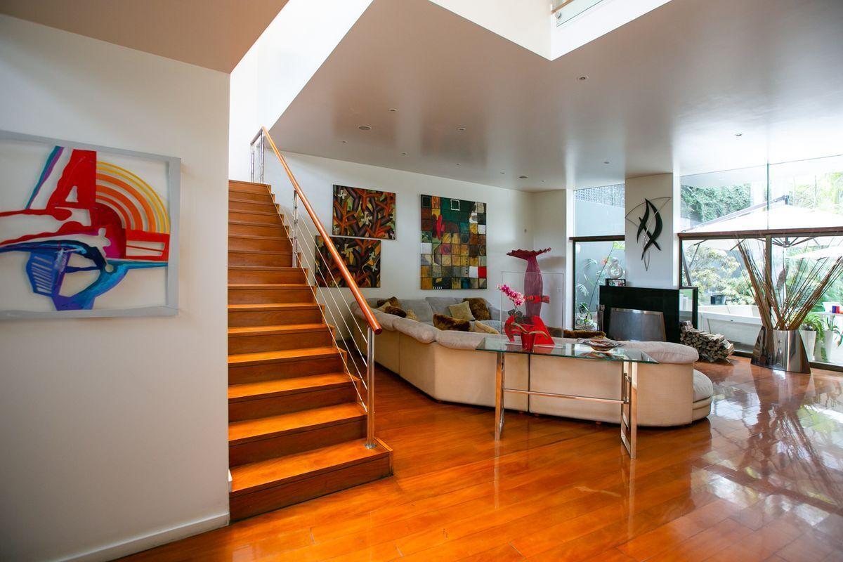 2 de 50: Ingreso a la casa, escalera principal.