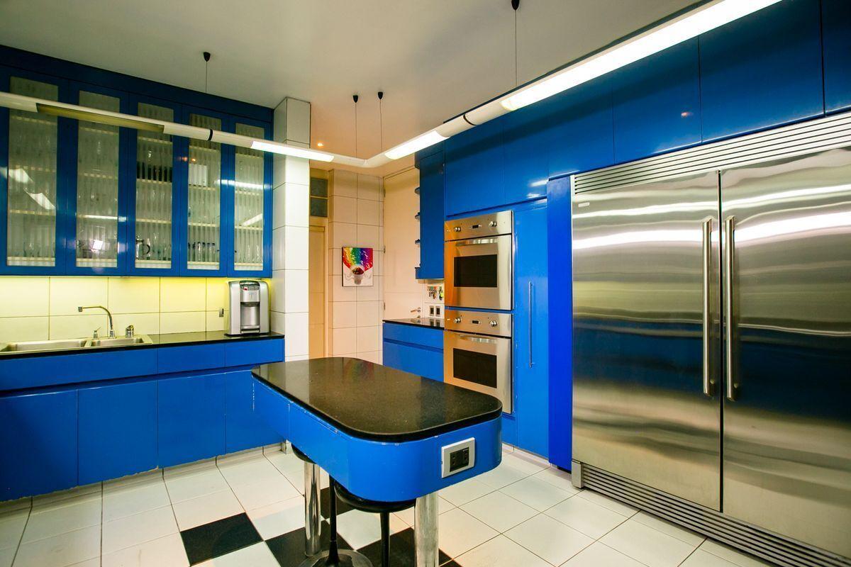 37 de 50: Cocina con espacio para refrigeradora y freezer grande.