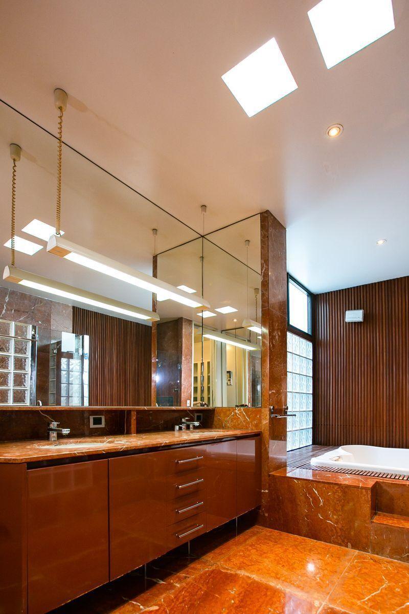 24 de 50: Baño dormitorio principal, amplio y cómodo con bidet.