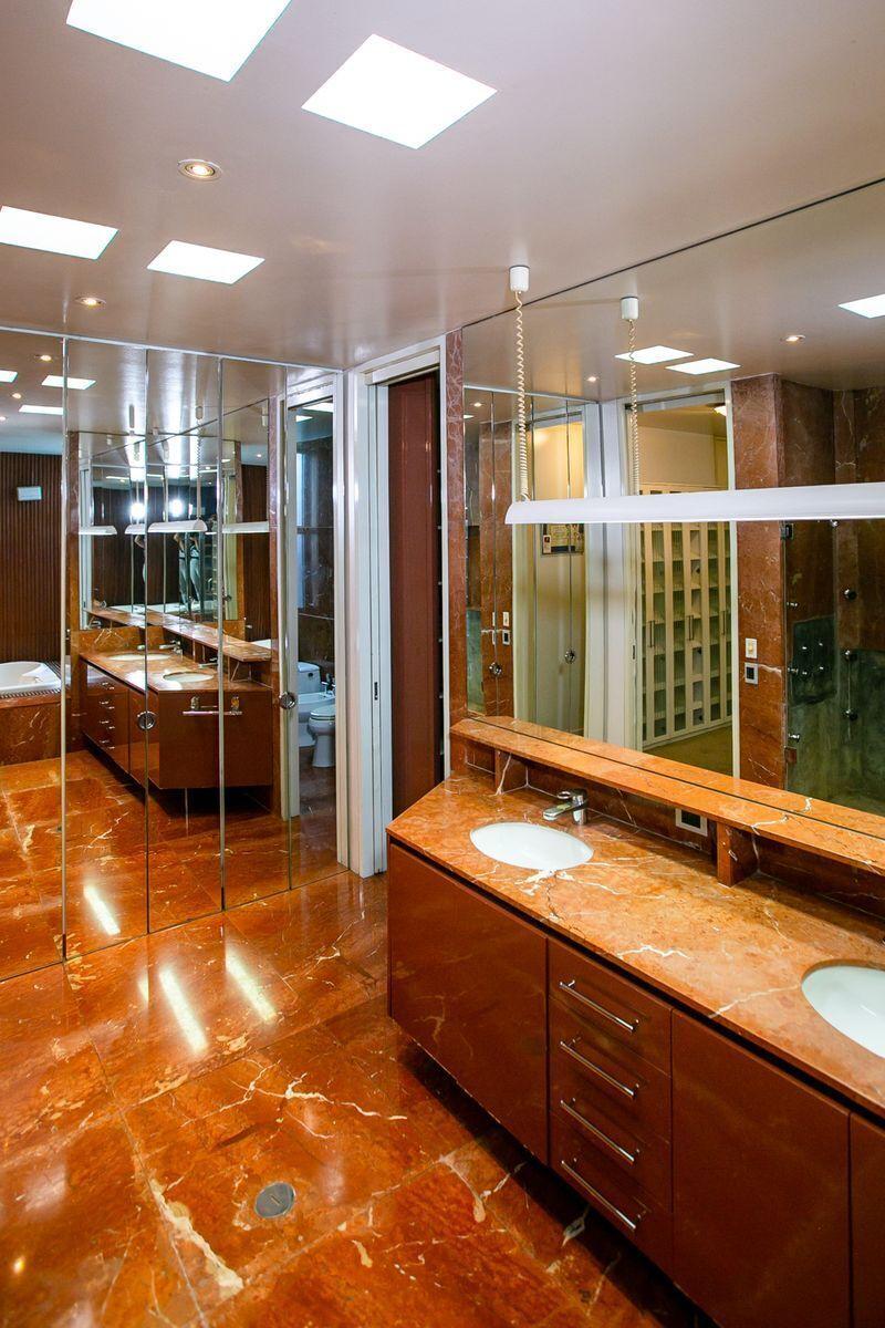 25 de 50: Baño dorm. principal con doble lavadero y doble inodoro.