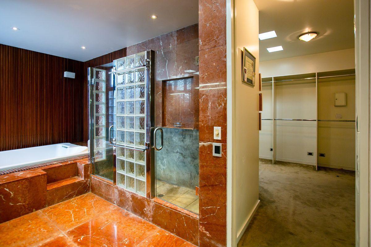 23 de 50: Baño dormitorio principal con jacuzzi y doble ducha.