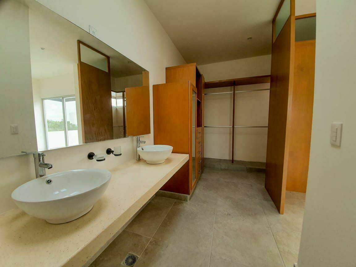13 de 15: Vestidor y baño muy amplios
