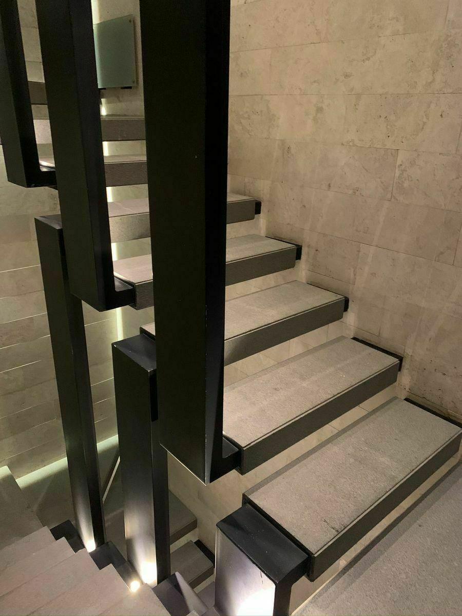 24 de 32: Escaleras del edificio. Tiene elevador.