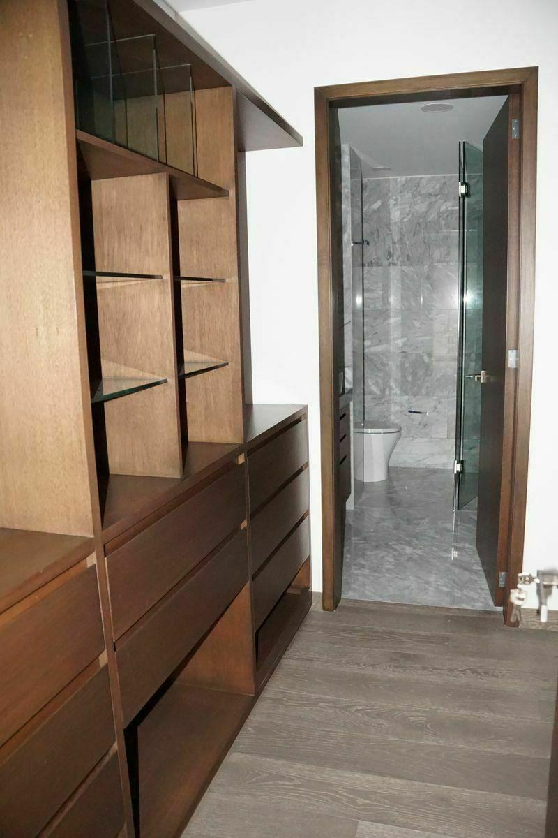 16 de 32: Vestidor con baño, habitación principal.