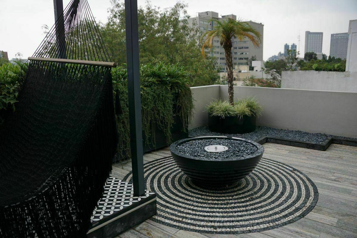 26 de 32: Roof Garden, con chimenea.