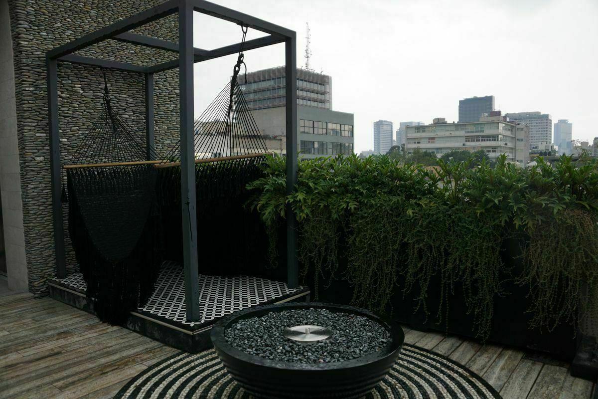 27 de 32: Roof Garden, con chimenea.