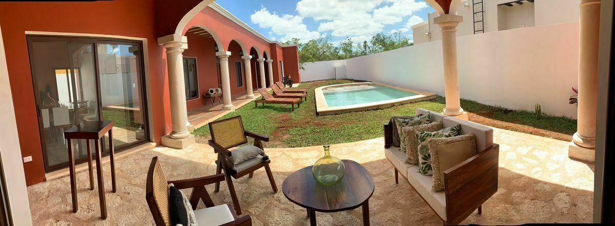 1 de 30: Terraza trasera techada, jardin y piscina.