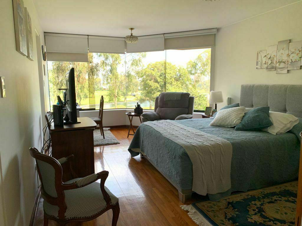 10 de 23: Dormitorio principal con vista al Golf