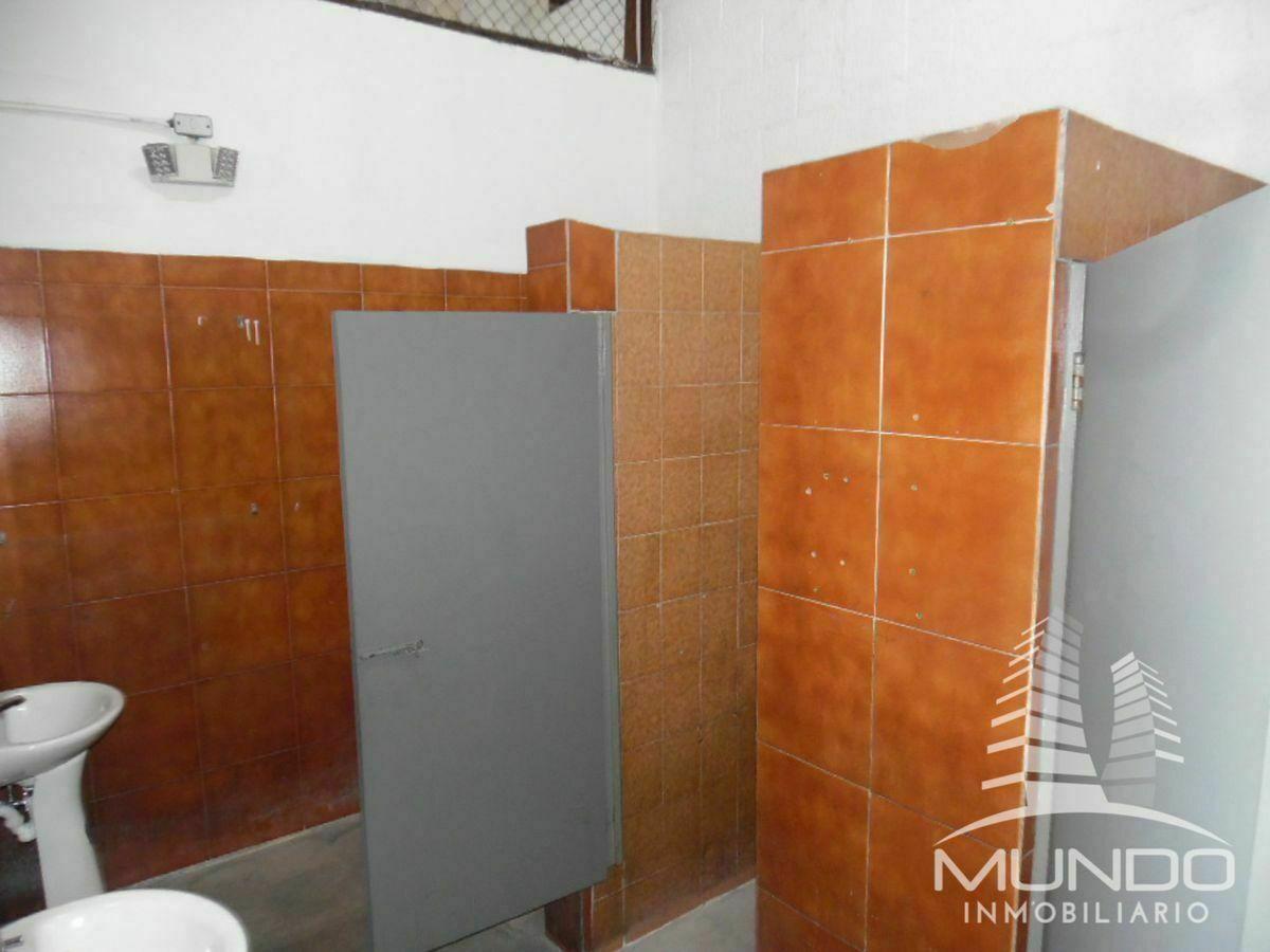 8 de 28: vista interior de los baños y sus lavamanos