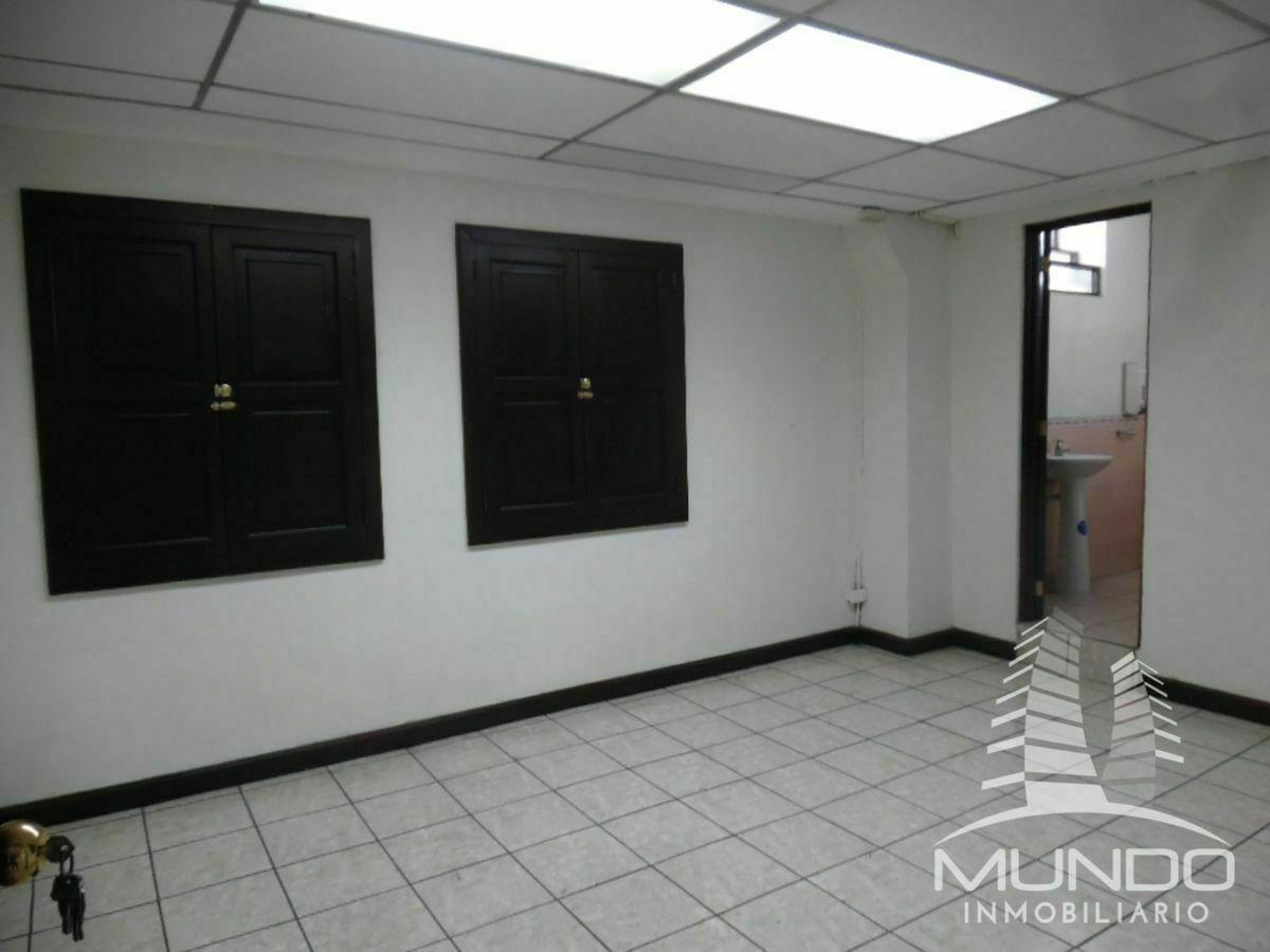 21 de 28: Oficina gerencial y baño completo