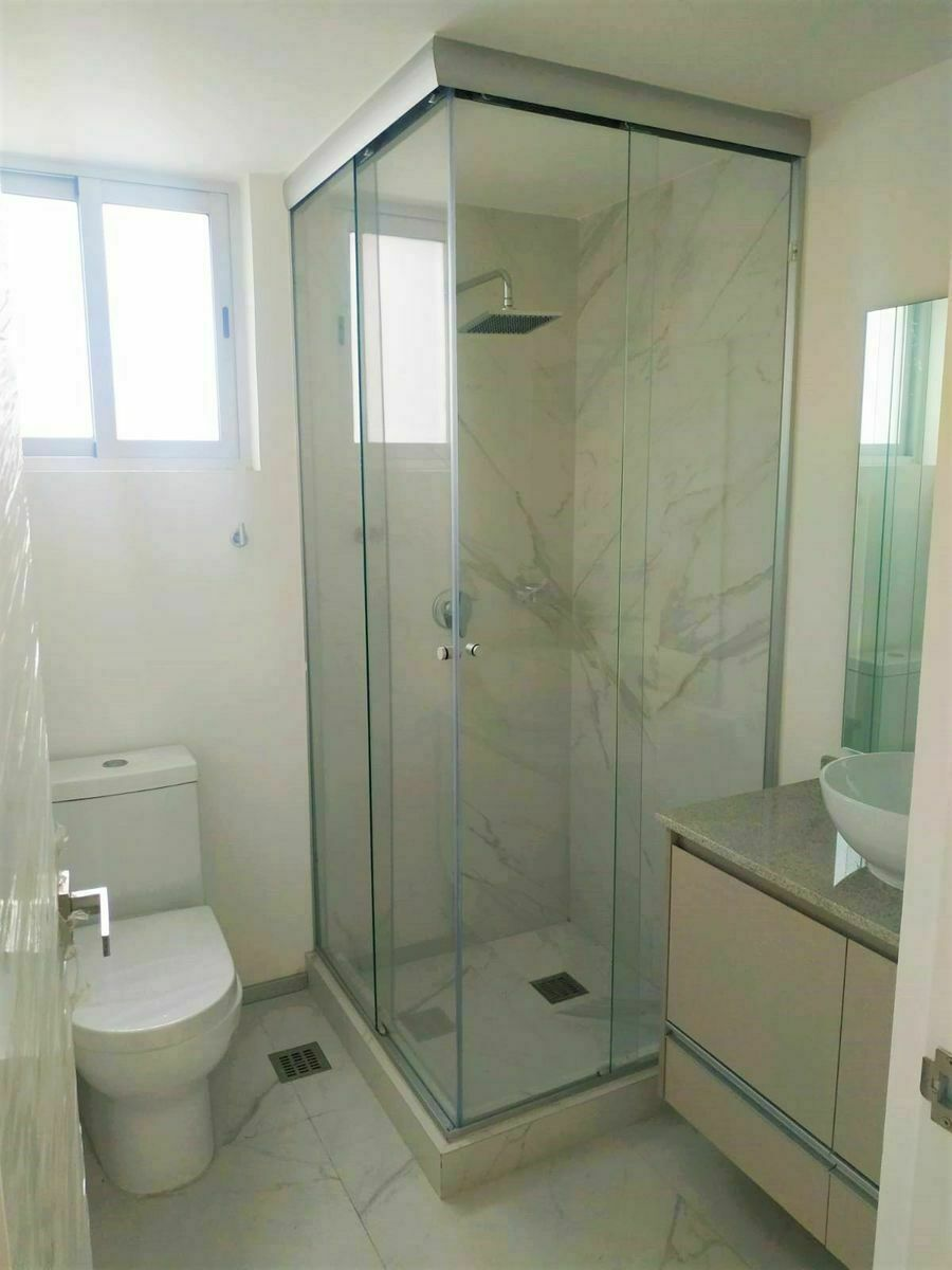 5 de 17: Baño con cancelería de cristal templado.
