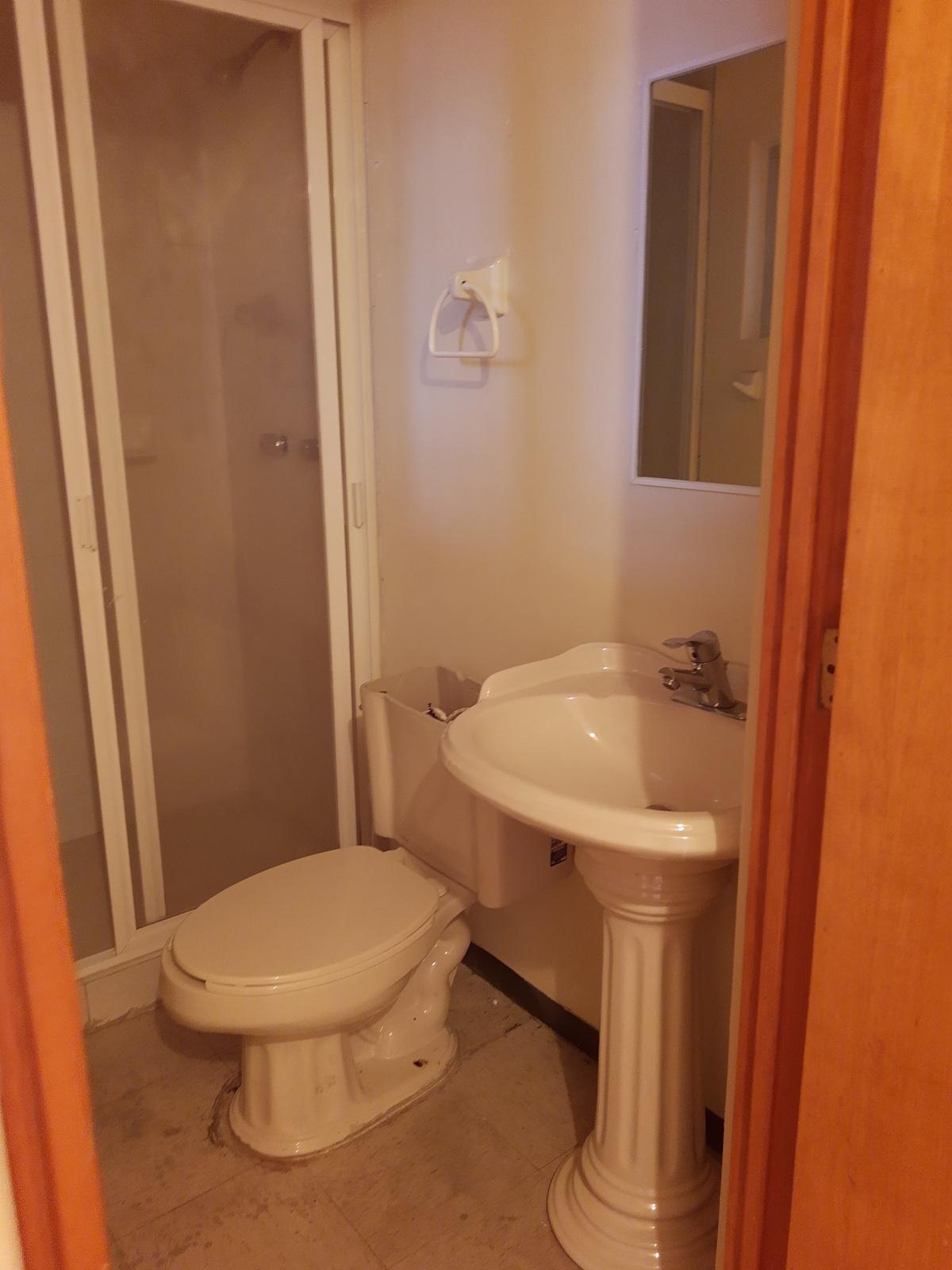 9 de 24: Baño cuarto de servicio