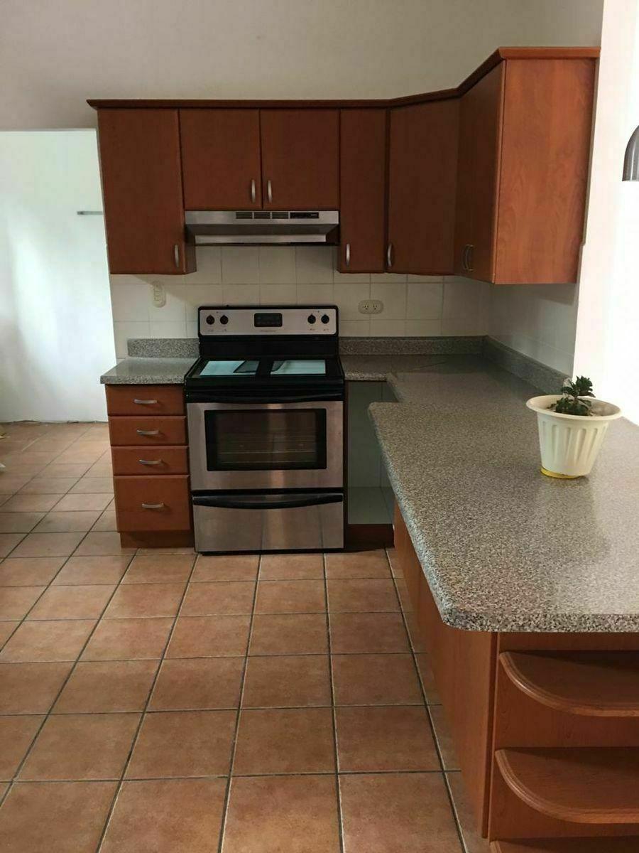 7 de 16: Amplia cocina con gabinetes y top de granito