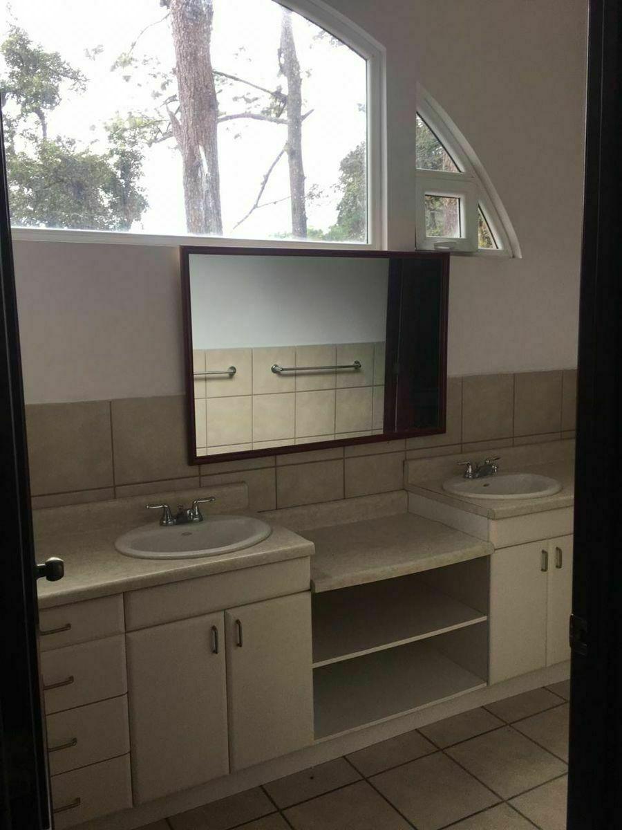 8 de 16: Amplio baño y mueble con espejos