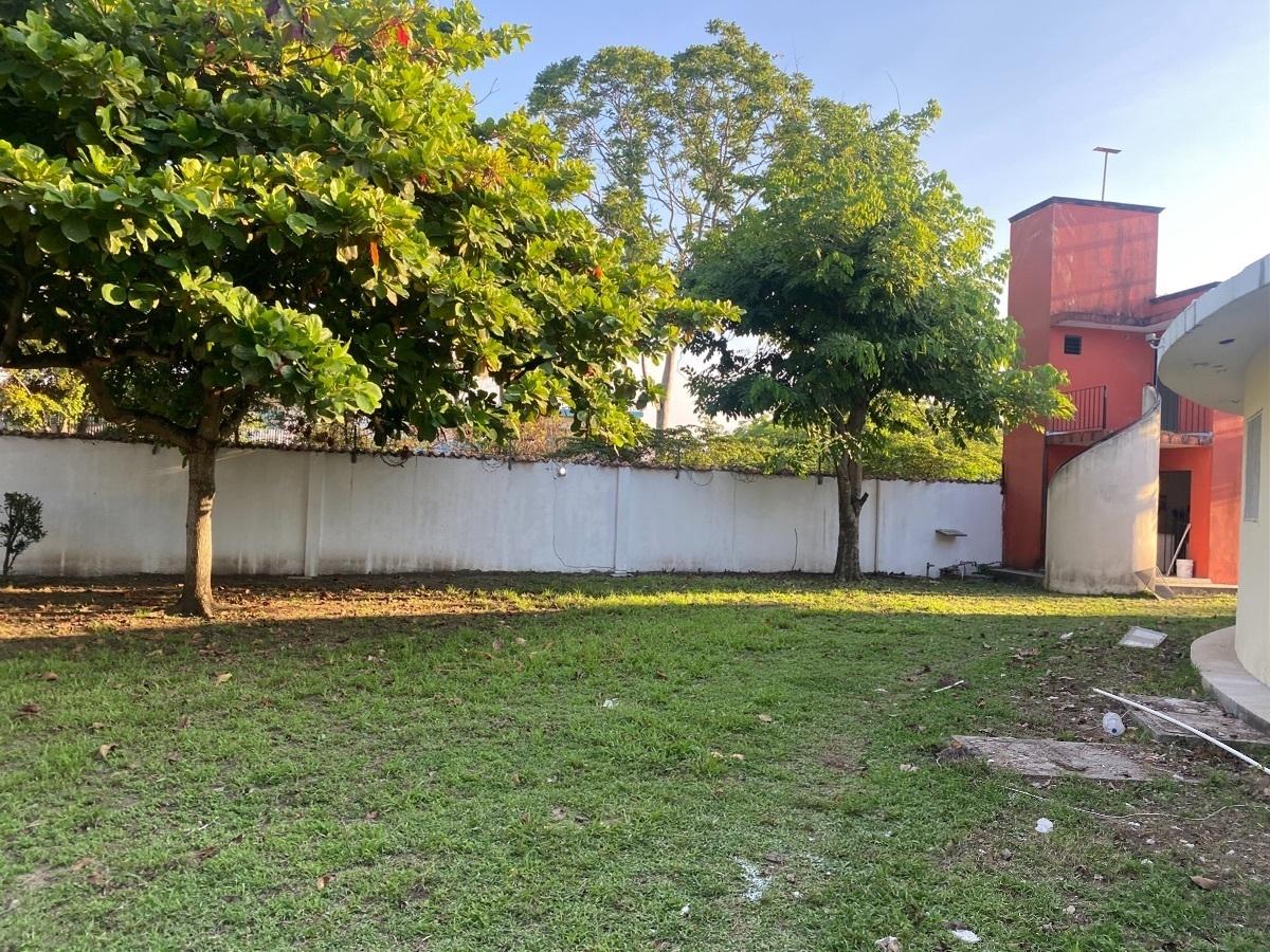 18 de 26: Jardín lateral