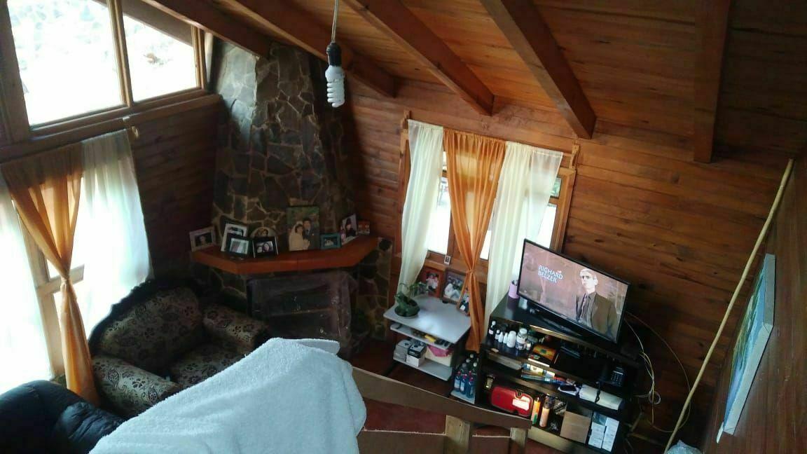12 of 18: vista de la sala y chimenea doble altura