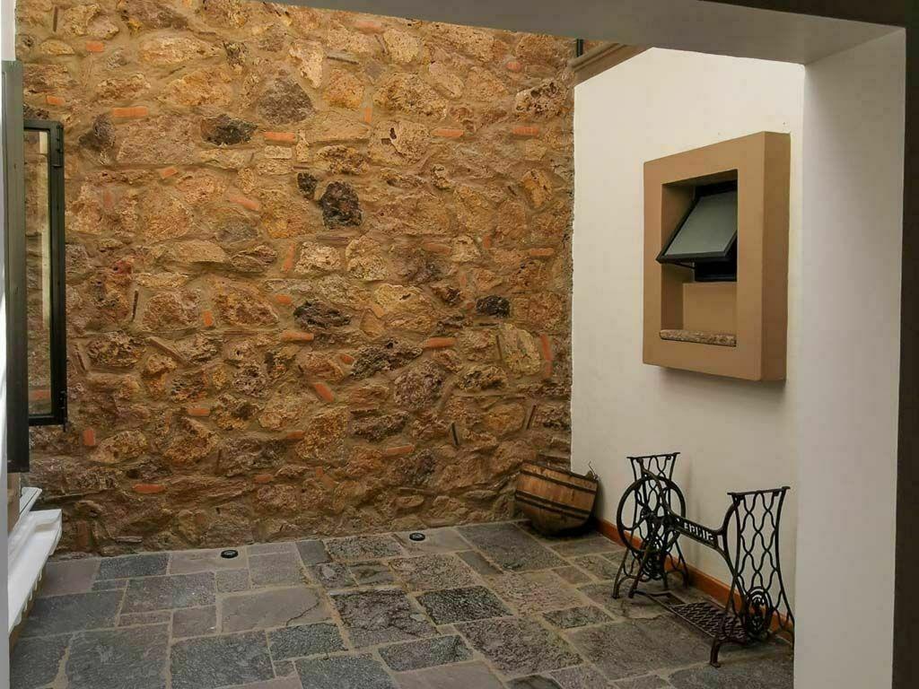 50 de 50: Patio Interior, Detalle Muro Piedra y Recinto en Piso