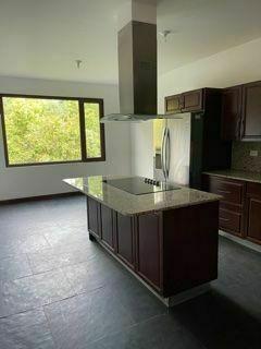 9 de 22: vista de cocina y área de pantry