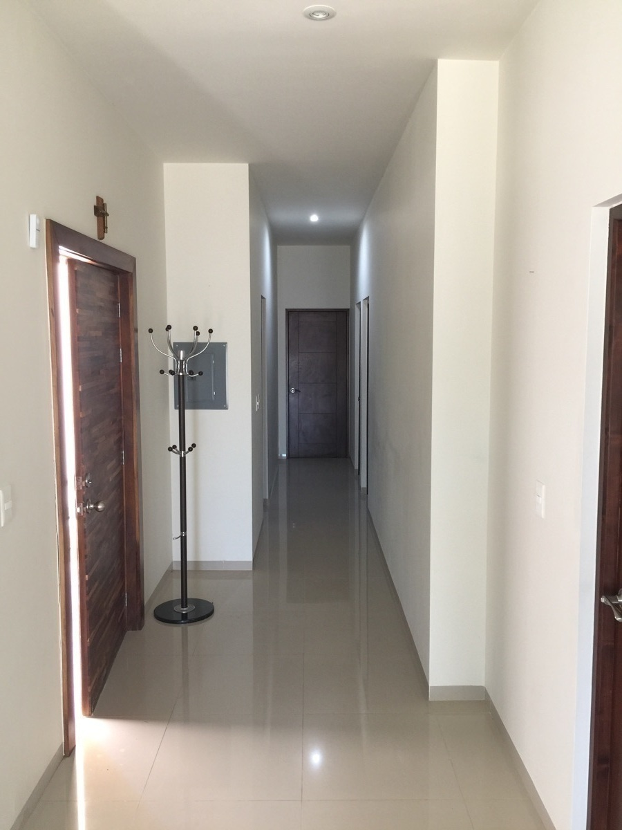 3 de 23: Puerta ingreso y pasillo a los cuartos