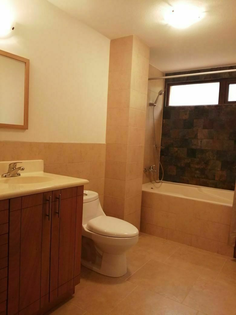 12 de 17: Baño  con tina de habitación principal