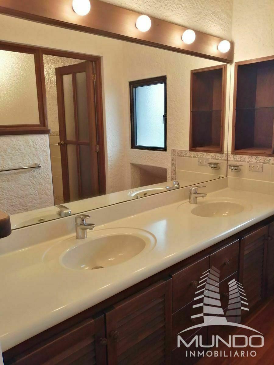 12 de 15: Baño habitaciones secundarias