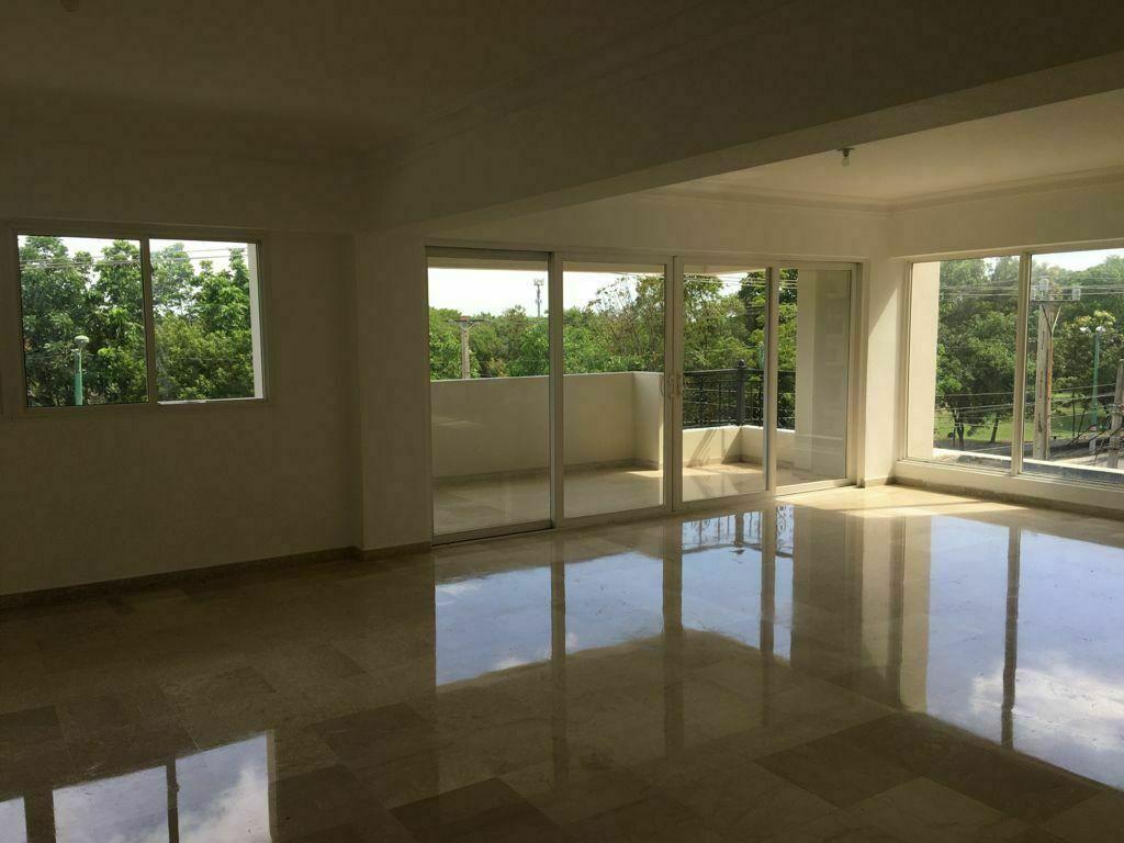 1 de 7: Amplia sala con balcón vista la mirador sur