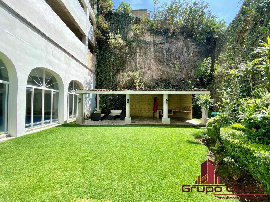 20 de 28: Área verdes con asador y sala de jardín