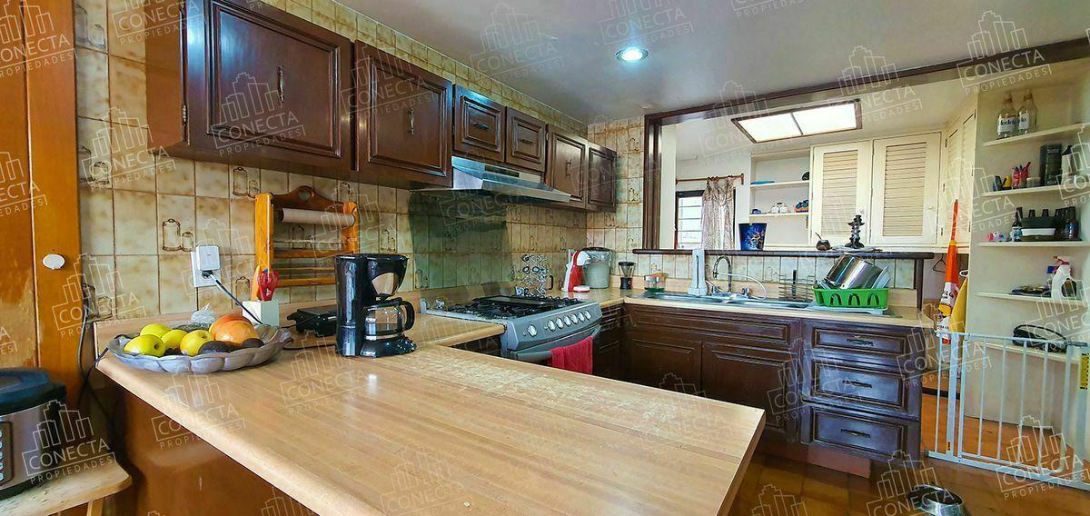 7 de 23: Cocina y area de lavado contigua con acceso de servicio