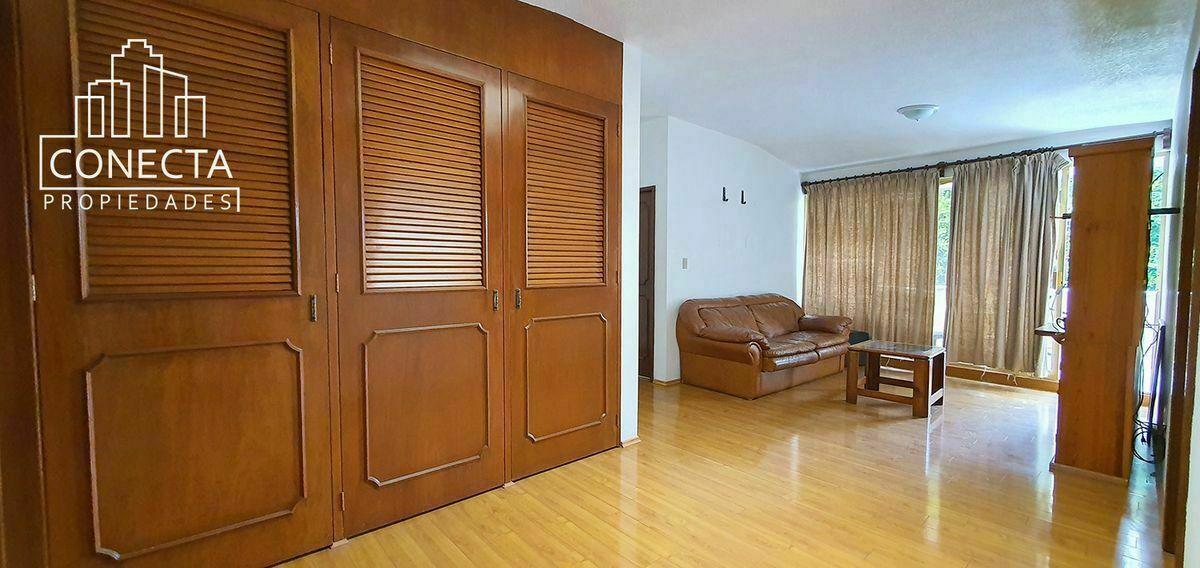 11 de 23: Amplia sala familiar con closet blancos