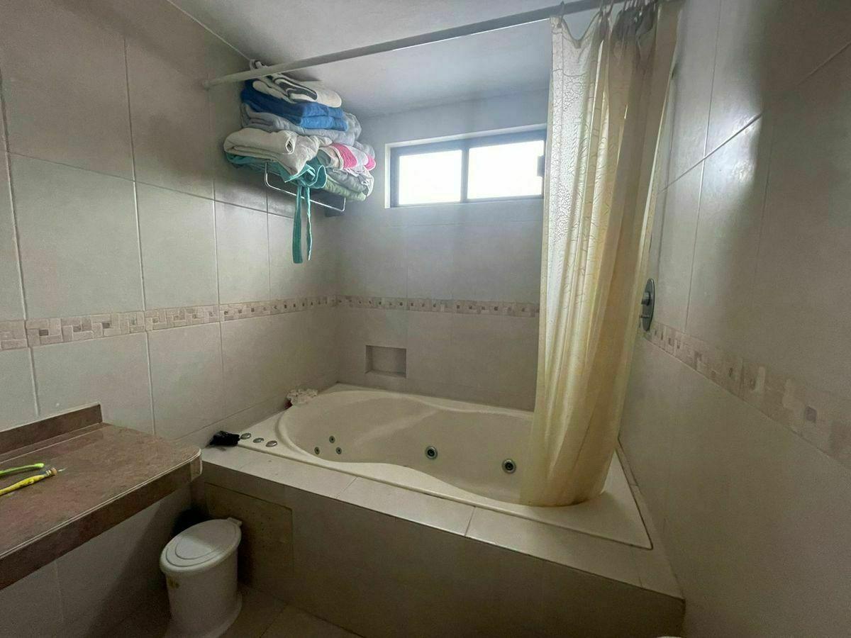 6 de 18: Jacuzzi en baño principal