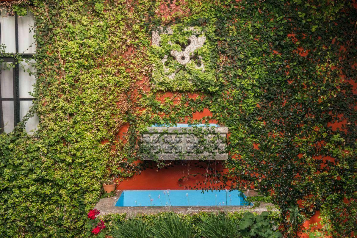 11 de 28: Fuente de cantera en el jardín en planta baja de la casa.