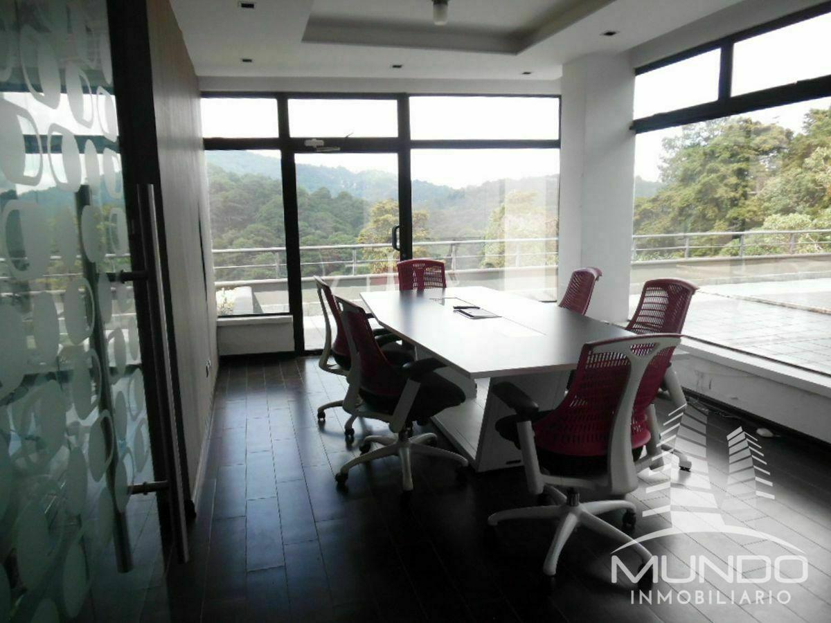 2 de 4: Sala de reuniones compartida con salida a balcón