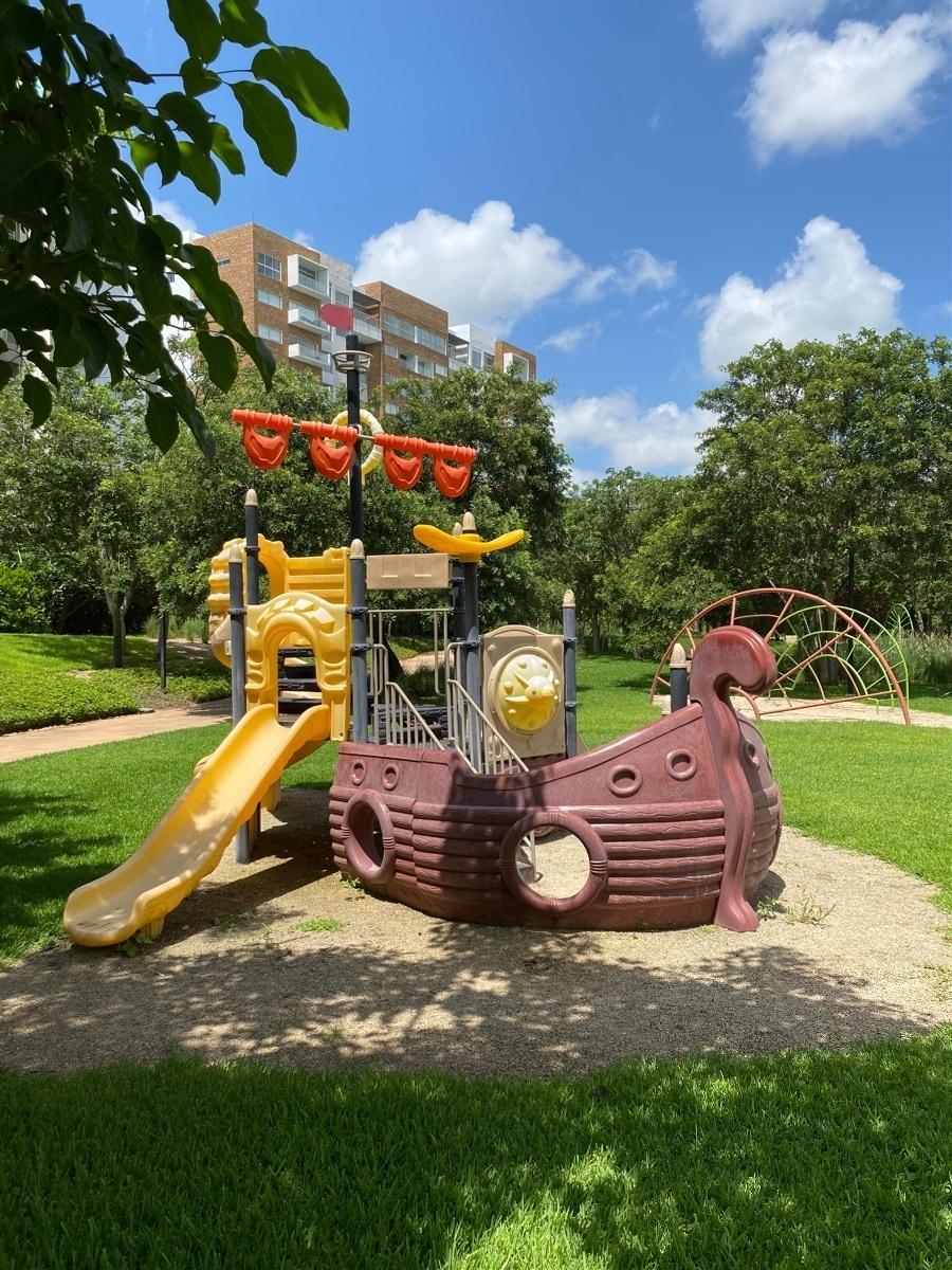 2 de 28: Parque con juegos infantiles