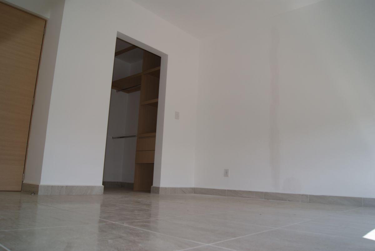 16 de 22: Recámara Principal vista a la puerta y vestidor