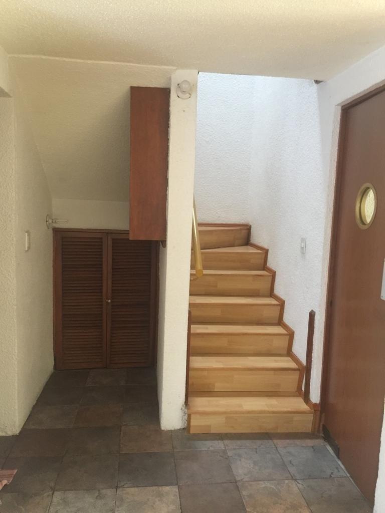 11 de 12: Estancia y escaleras al segundo piso