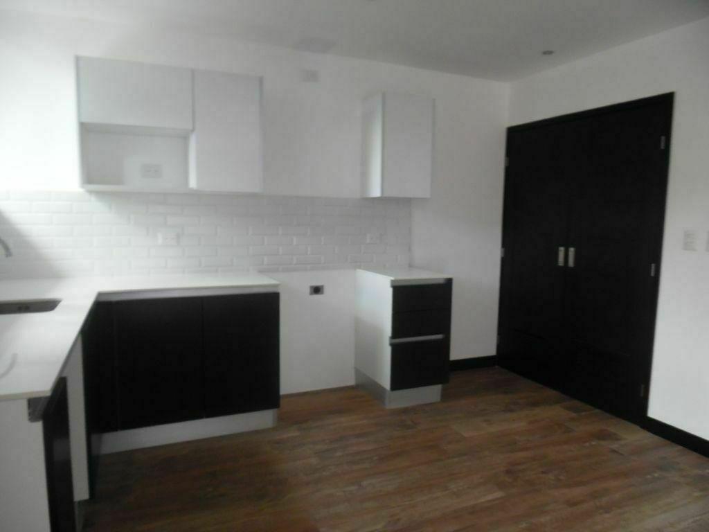 4 de 15: Vista de la cocina con top de cuarzo blanco