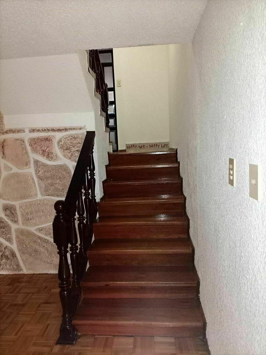 16 de 40: Escaleras hacia el área de la sala.