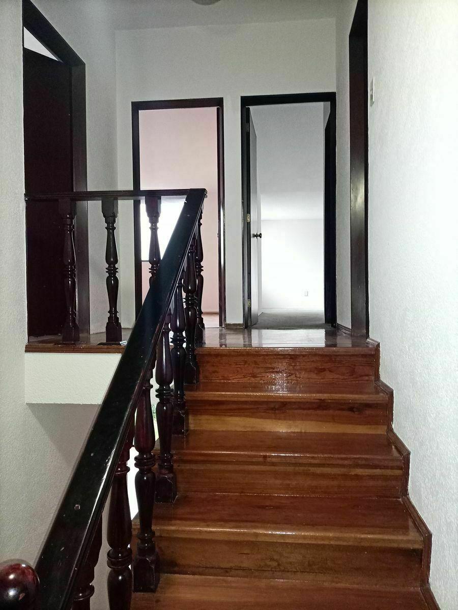 22 de 40: Escalera que conduce a las 3 recámaras.