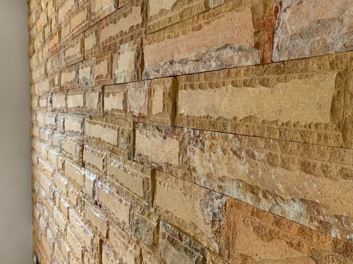 5 de 32: Detalle de piedra en sala
