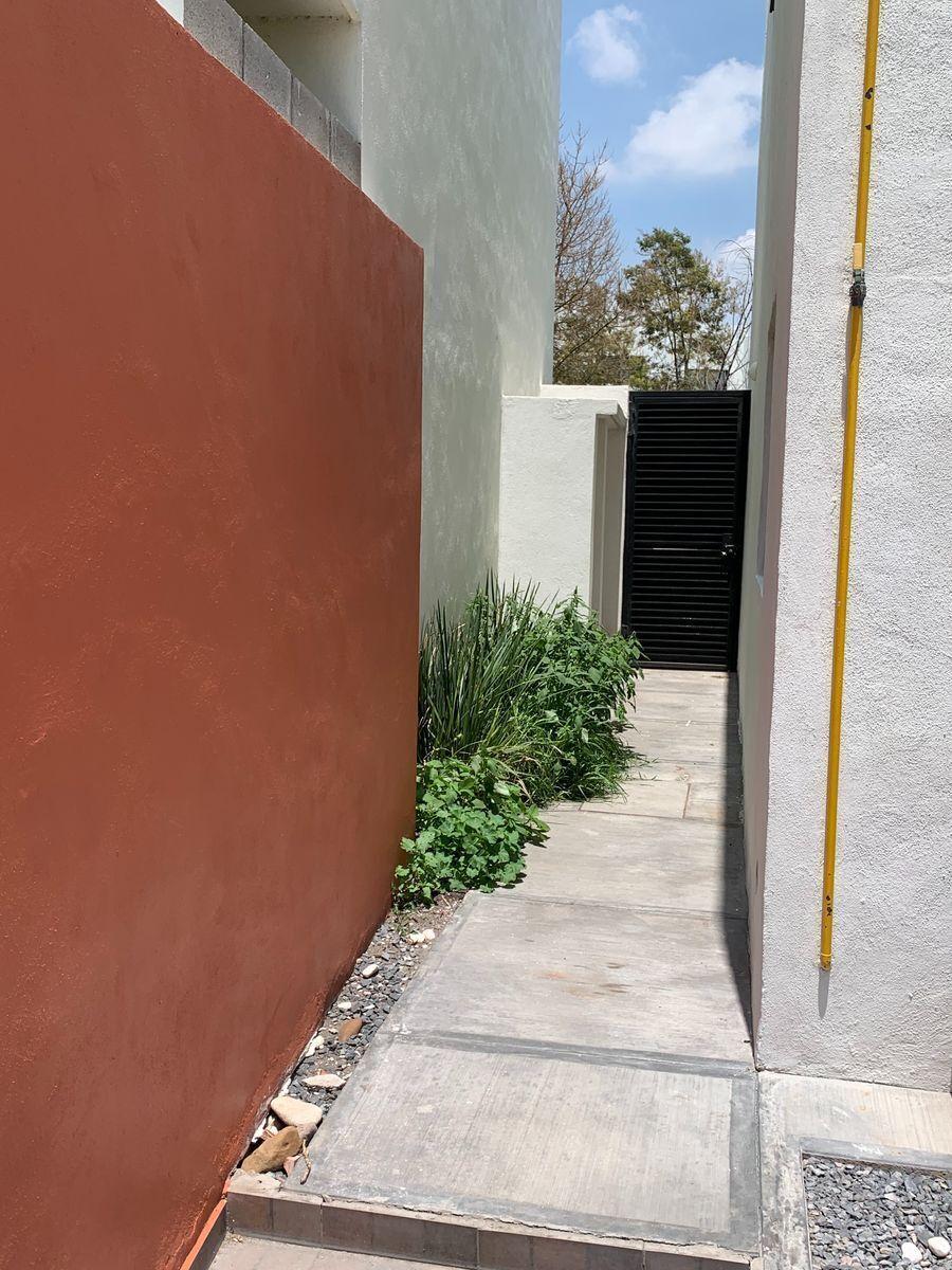 9 de 32: Pasillo exterior de garaje a terraza