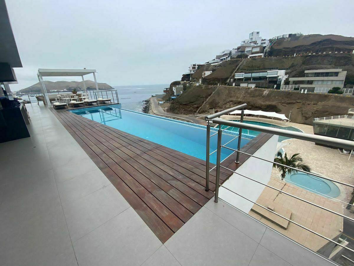 2 de 12: Maravillosa Vista desde la Terraza con Piscina al mar y Club
