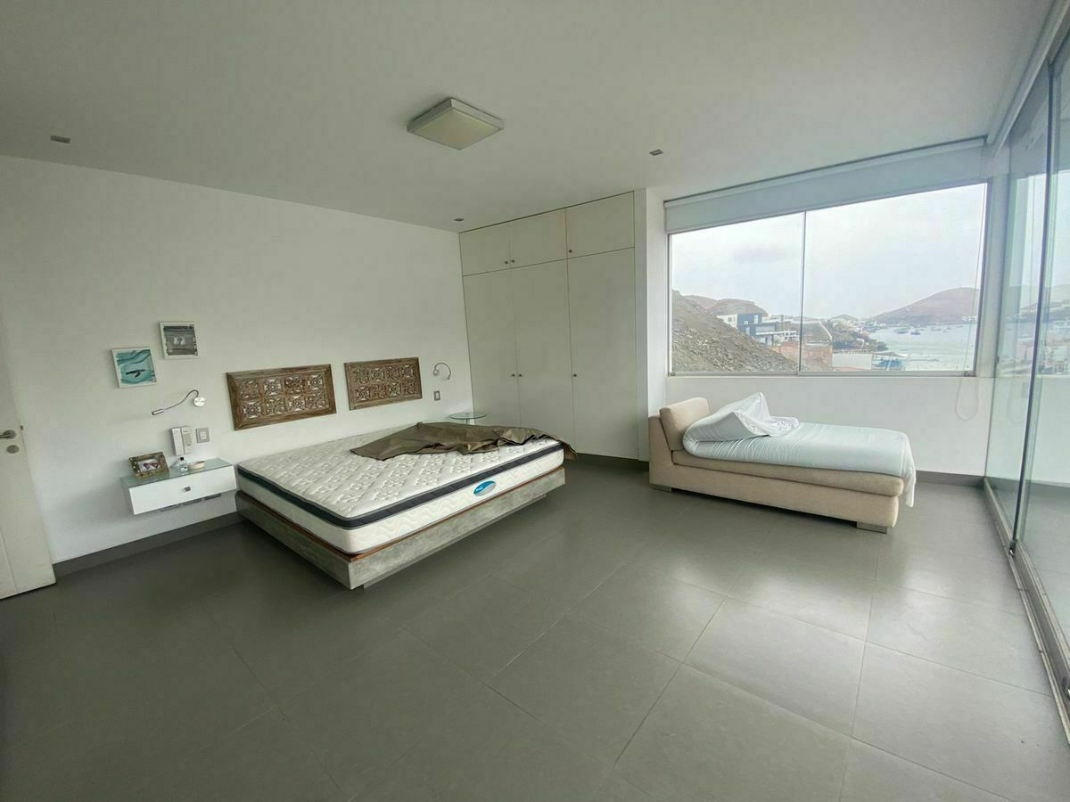 10 de 12: Amplio dormitorio principal con maravillosa vista a la bahía