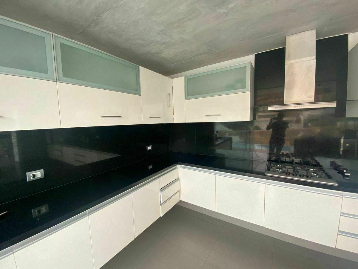 6 de 12: Moderna cocina  finos acabados con salida directa a Terraza