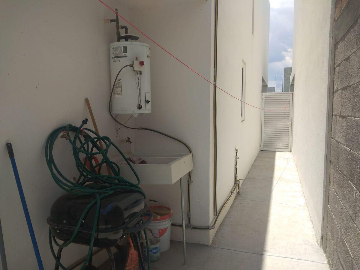 11 de 23: PASILLO LATERAL puerta de acceso e instalaciones de lavado.