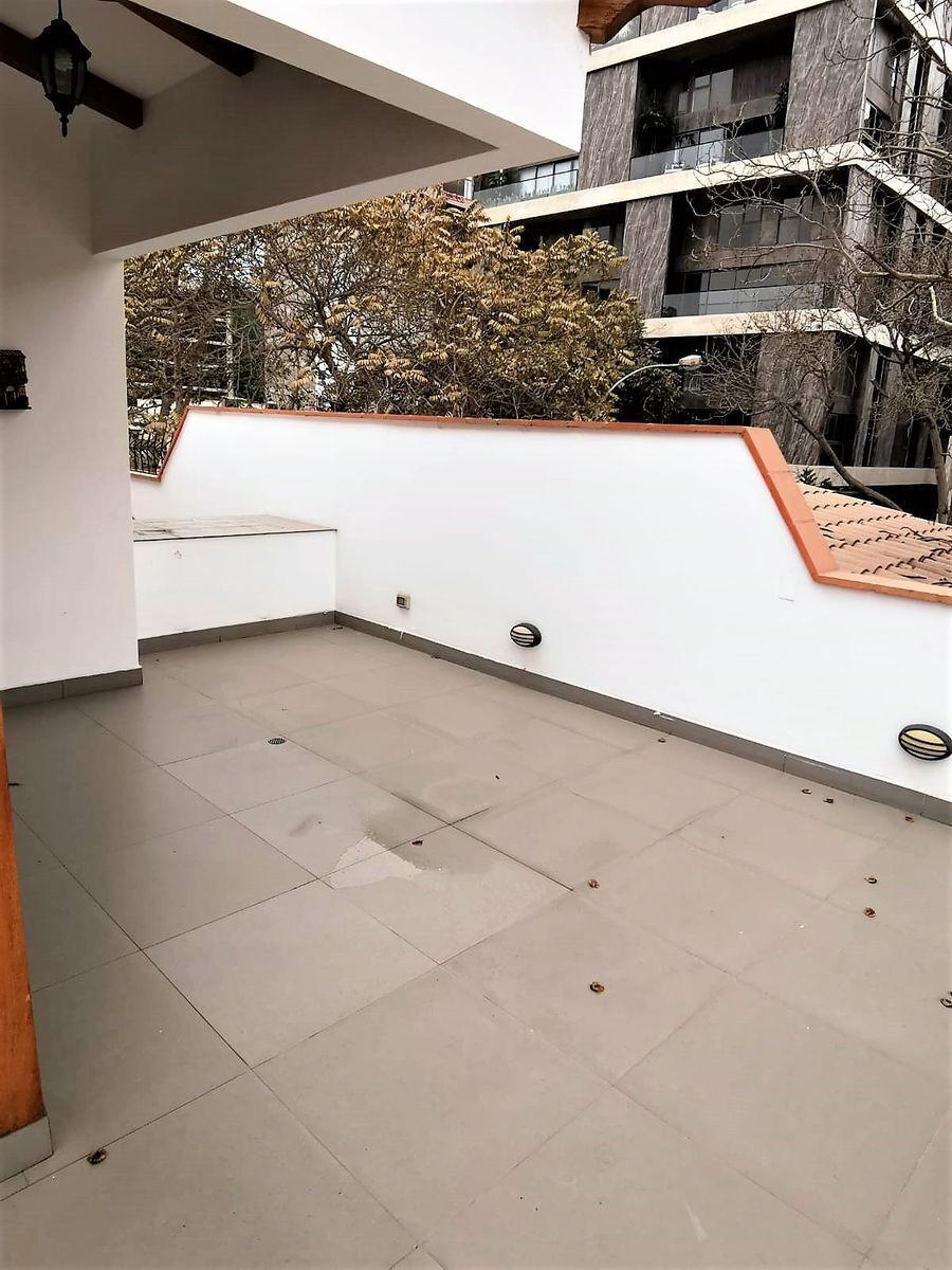 20 de 21: Terraza saliendo de la sala de estar amplia del tercer piso