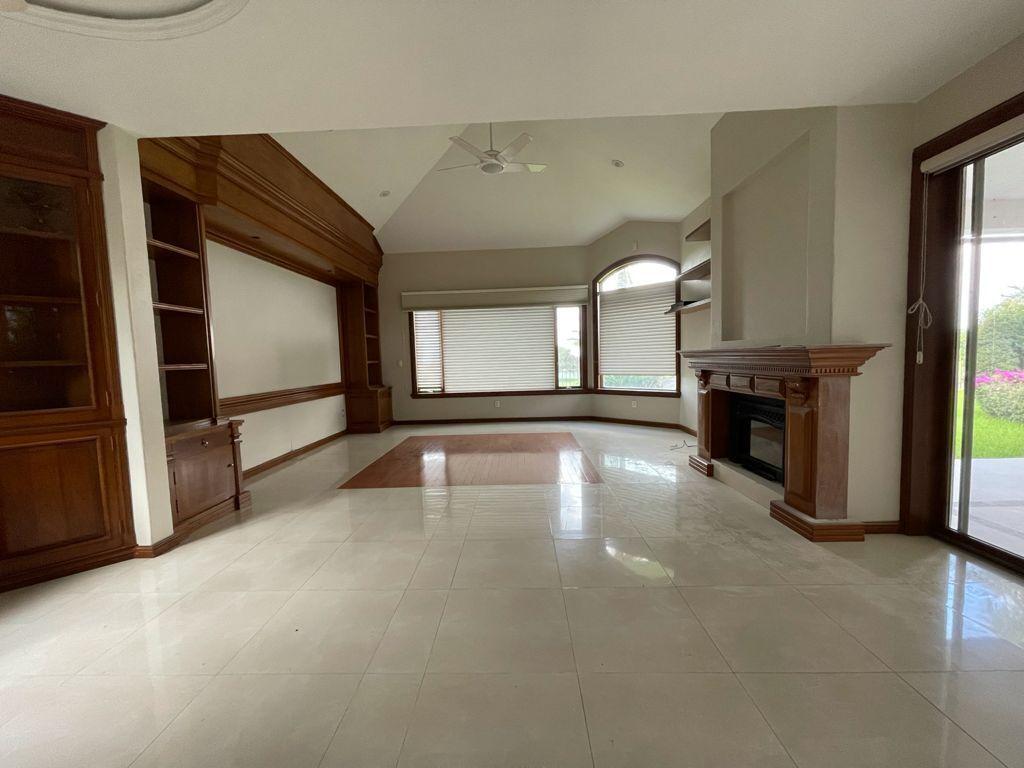 5 de 33: Sala de TV con calefacción en piso